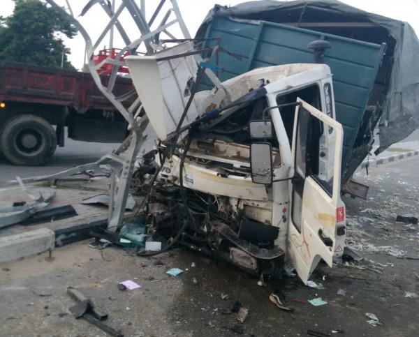 شاهد: لحظة فقدان سائق السيطرة على شاحنة وسط قطاع غزة