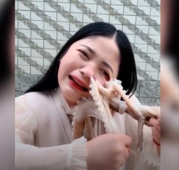 إعادة انتشار مشهد هجوم أخطبوط على صينية حاولت أكله حيا