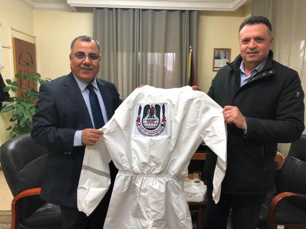 نقابة الصحفيين توفر 700 لباساً خاصاً للصحفيين في فلسطين
