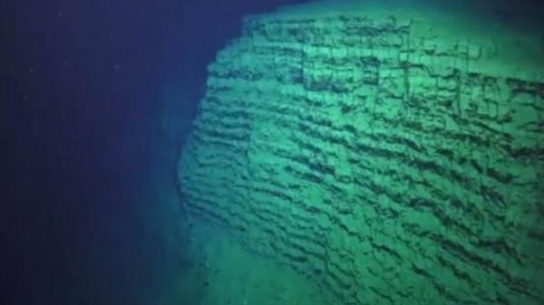 رصد مخلوق غريب في قاع المحيط بحجم مبنى مكون من 11 طابقاً