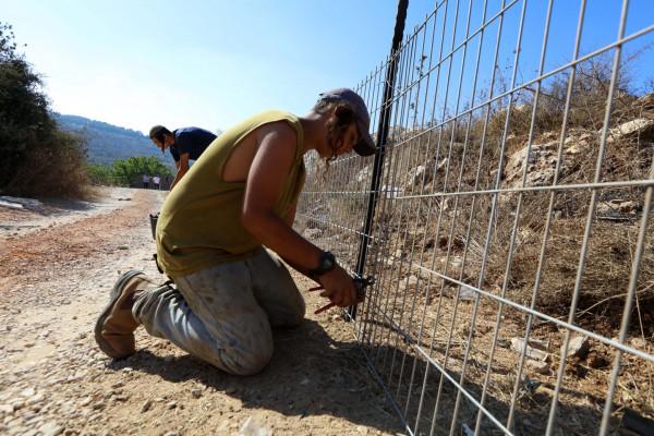 قوات الاحتلال تَقُصُّ الأسلاك الشائكة قُرب قرية (حبلة) لتهريب العمال