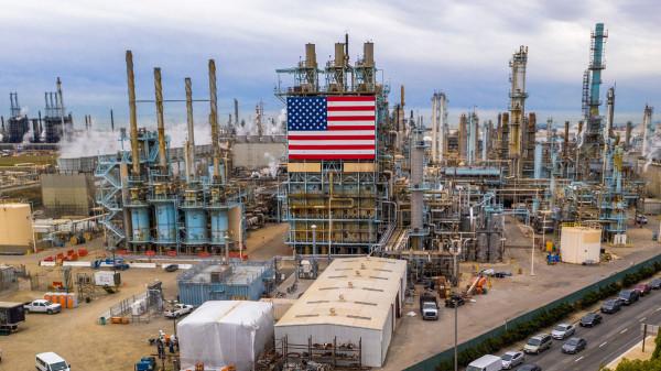 سعر برميل النفط الأمريكي تسليم مايو يقفز إلى ما فوق الصفر
