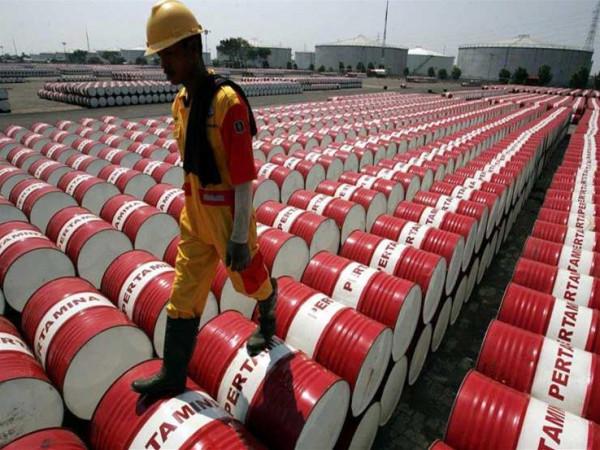 أسعار النفط تواصل الانهيار.. برميل (برنت) يسجل أدنى مستوى منذ 2001