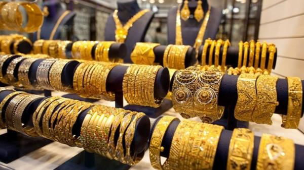 (الذهب) يتراجع بفعل جني أرباح لكنه يتماسك فوق 1700 دولار