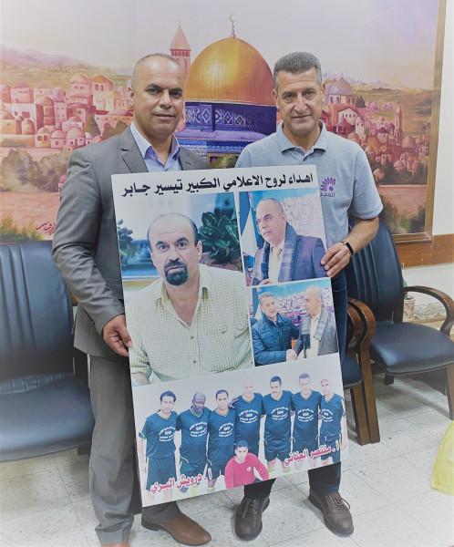 العناني والبري يقدمان صورة للمرحوم الإعلامي تيسير جابر لشقيقه طارق علاونة