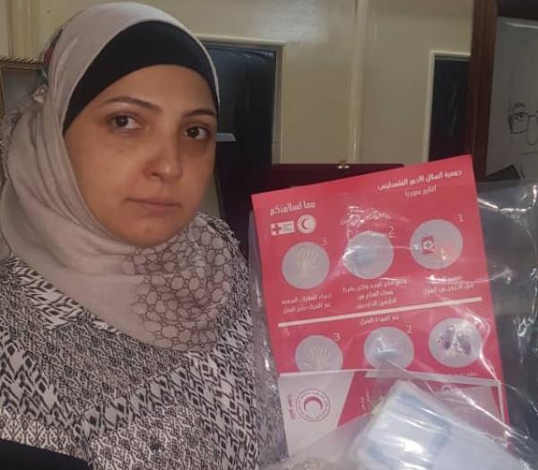 الهلال الأحمر الفلسطيني في سوريا يوزع سلات صحية على المخيمات