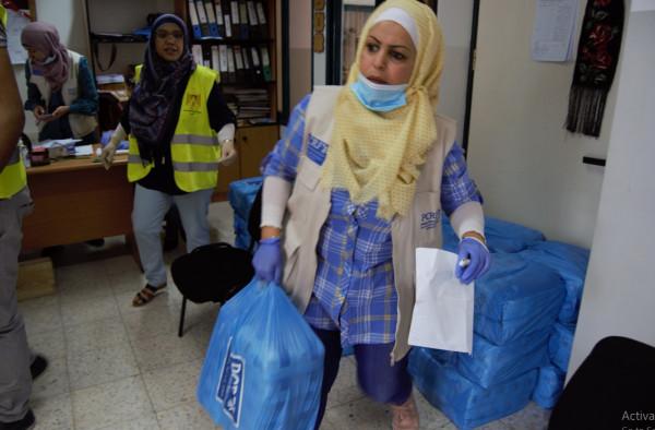 """""""تنمية"""" نابلس وإغاثة أطفال فلسطين توزعان طروداً صحية وغذائية"""