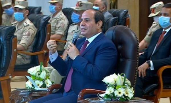 شاهد: السيسي يُحرج لواء بالجيش المصري على الهواء