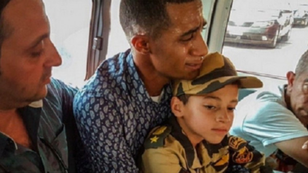 """محمد رمضان ينشر صورة لحضوره جنازة """"منسي"""" وتقبيل رأسه"""