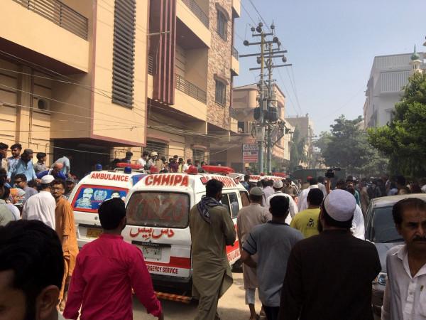 شاهد: تحطم طائرة بباكستان على متنها 107 ركاب.. لا أنباء عن ناجين