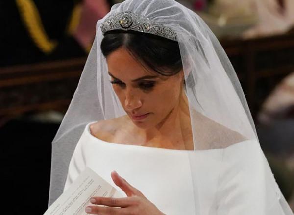 رموز سرية في ثوب زفاف ماركل