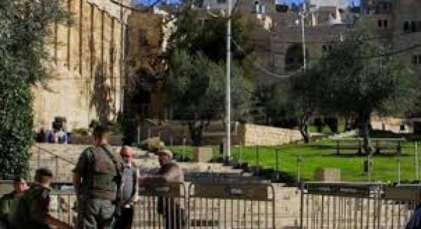 الخليل: الاحتلال يعتقل شابين ويمنع المصلين من دخول الحرم الإبراهيمي