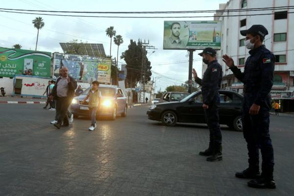 بالصور: انتشار الشرطة بغزة تطبيقاً لقرار إغلاق الساحات العامة والمتنزهات والمدن الترفيهية