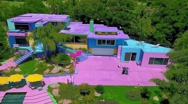فنانة تحوّل منزلها إلى لوحة فنية بألوان قوس قزح