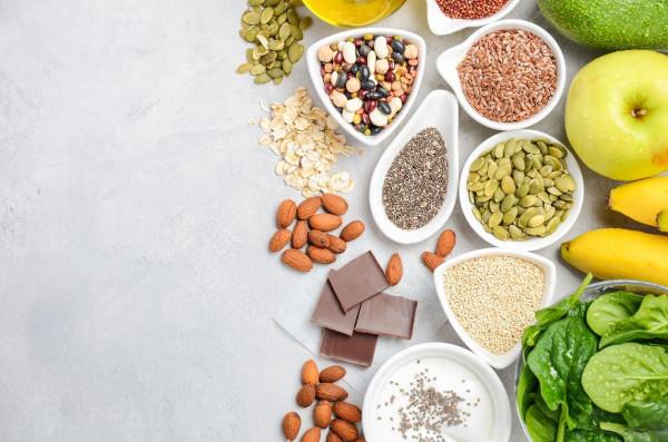 الثوم يسبب العرق والموز انتفاخات.. تأثير 12 نوعًا من الأطعمة على الجسم