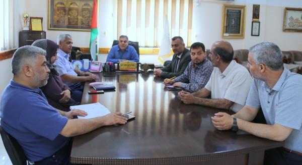 مدير تعليم خان يونس يجتمع بلجنة المتابعة ومراقبي الحراسات