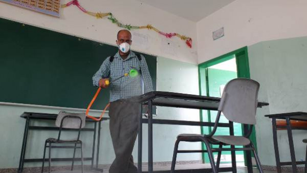 التعليم بغزة تنفذ إجراءات تطهير وتعقيم المدارس قُبيل امتحانات الثانوية العامة