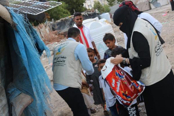 منظمة التعاون العربي للإغاثة والتنمية توزع الهدايا العيدية للنازحين في المعلا
