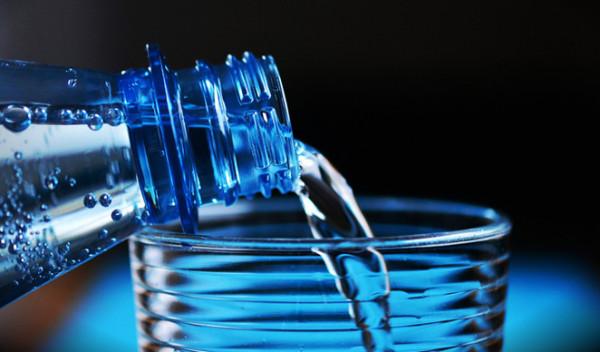 هذا ما يحدث لجسمك عند تناول الماء الدافئ في الصيف
