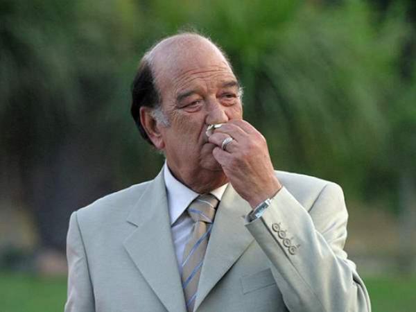 """تشييع جنازة حسن حسني بـ """"الكمامات"""" وسط غياب لافت للفنانين"""