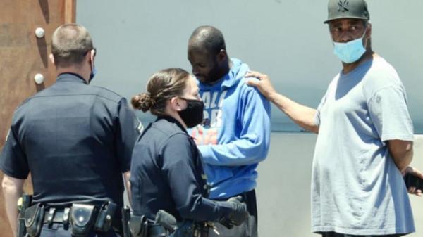 ممثل شهير يتدخل أثناء اعتقال شرطة أميركا لأحد المشردين