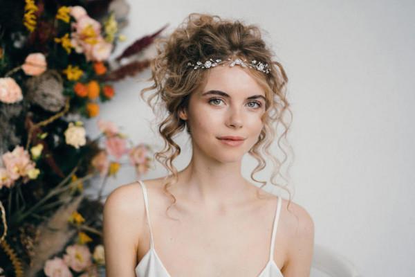 أجمل تسريحات شعر كيرلي للعروس الجريئة