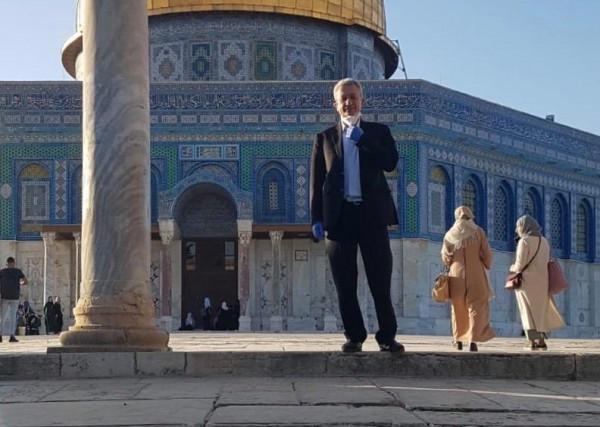 البرغوثي يؤدي واجب العزاء بشهيد القدس الحلاق ويؤدي الصلاة في الأقصى