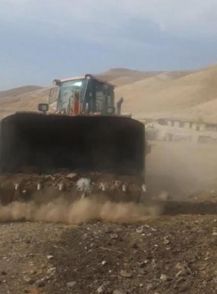 مستوطن إسرائيلي يُقدم على تجريف أراض فلسطينية في منطقة عرب المليحات بأريحا