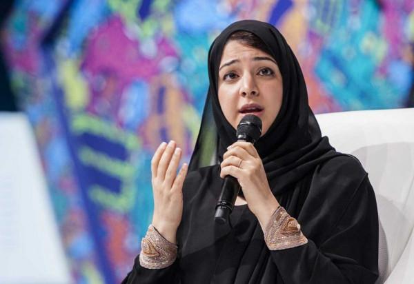 شاهد: موقف طريف لوزيرة إماراتية خلال مؤتمر دولي حول اليمن