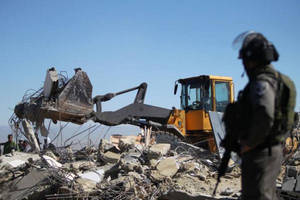شاهد: سلطات الاحتلال تُجبر مواطناً على هدم منزله في القدس