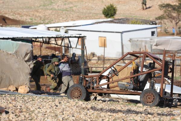 قوات الاحتلال تهدم خيمتين في نابلس وتخطر بهدم أخرى بالخليل