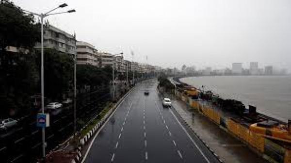 شوارع مومباي الهندية مهجورة استعدادا لإعصار قوي