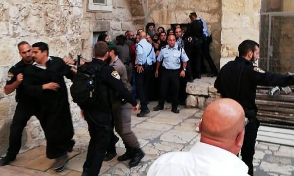 قوات الاحتلال تعتدي على عدد من المواطنين في باب حطة
