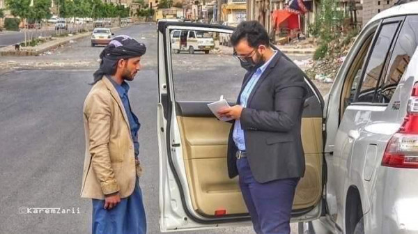 طبيب يمني يتصدر مواقع التواصل الاجتماعي بما كتبه على زجاج سيارته