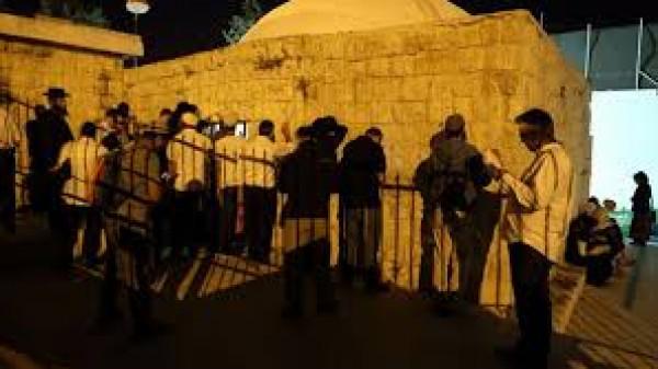 150 مستوطناً يهودياً اقتحموا فجراً (قبر يوسف) بنابلس