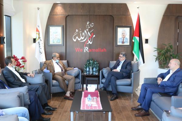الوزير زيارة يبحث مع رئيس بلدية رام الله سبل التعاون بالقضايا المشتركة