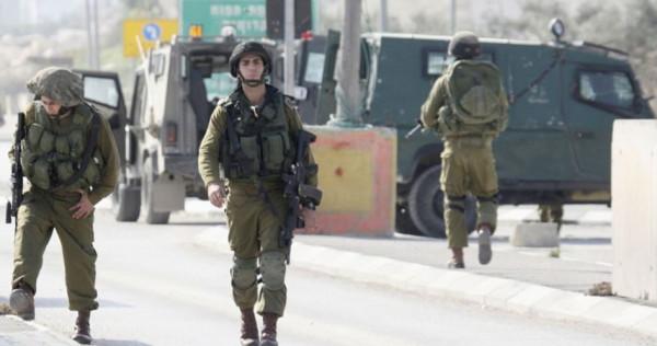 قوات الاحتلال تعتقل فتى من قلقيلية وتحتجز آخرين قرب كفر ثلث