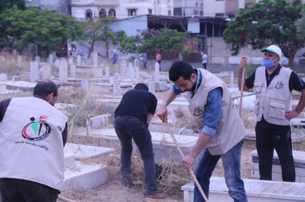 """مركز """"حكاية وطن"""" يُشارك في مبادرة """"تنظيف مقبرة الشيخ رضوان"""""""