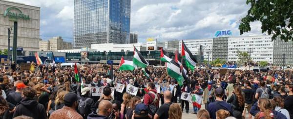 الفلسطينيون يشاركون في مظاهرة في برلين استنكارا لجريمة قتل المواطن فلويد