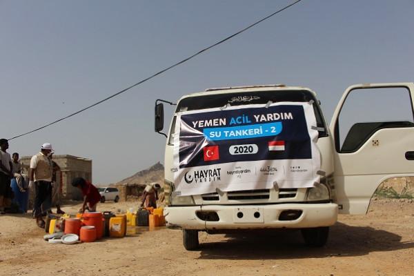 مؤسسة الأمل للتنمية تنفذ مشروع توزيع المياه الصالحة للشرب للمتضررين من السيول