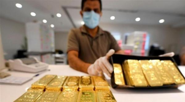 الذهب ينتعش مع تضرر الأسهم من زيادة قياسية لإصابات (كورونا) بأمريكا