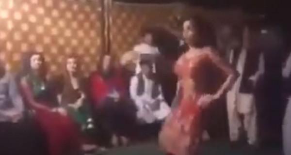 باكستاني يقتحم حفل زفاف ويثير الجدل بما فعله مع فتاة وسط الحضور