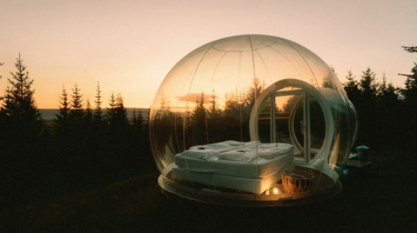 فقاعات زجاجية داخل الغابة.. أحدث أشكال الفنادق بأيسلندا