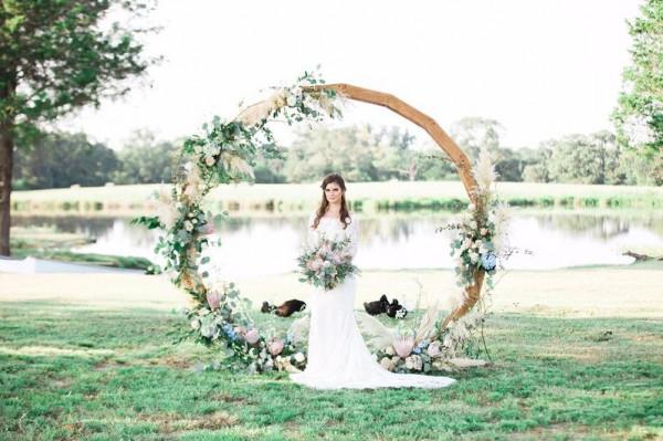 أفكار رائعة لقوس الورد في الزفاف