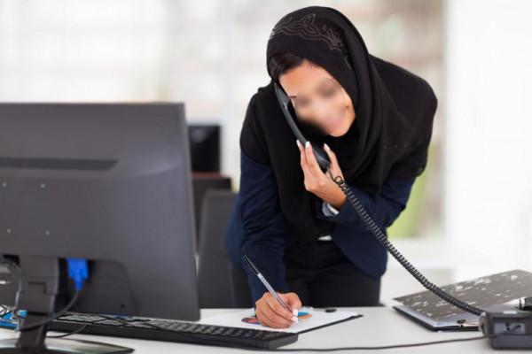 موظفة سعودية حسناء تتقرب من زميلتها في العمل.. وفجأة اكتشفت الطامة الكبرى