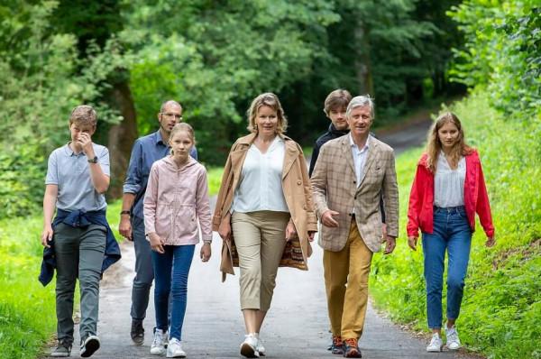 نزهة للعائلة الملكية في بلجيكا بملابس غير لافتة للانتباه