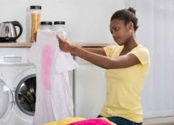 كيف تُعالجي الملابس التي أفسدها الكلور.. إليك أربعة حلول مثالية