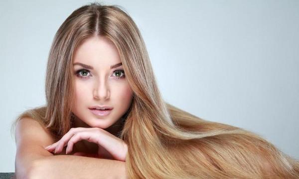 بدون حرارة أو كيماويات.. وصفات طبيعية لفرد الشعر في دقائق
