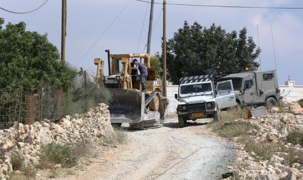 قوات الاحتلال تستولي على جرافتين وجرار زراعي جنوب نابلس