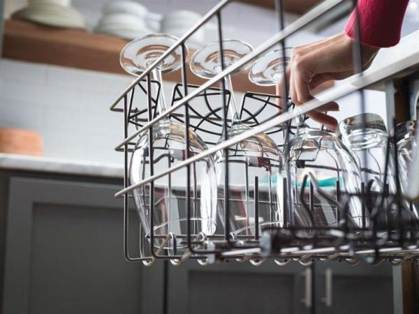 هل تخرج الأكواب والكؤوس غائمة من غسالة الأطباق؟.. إليكِ الحل